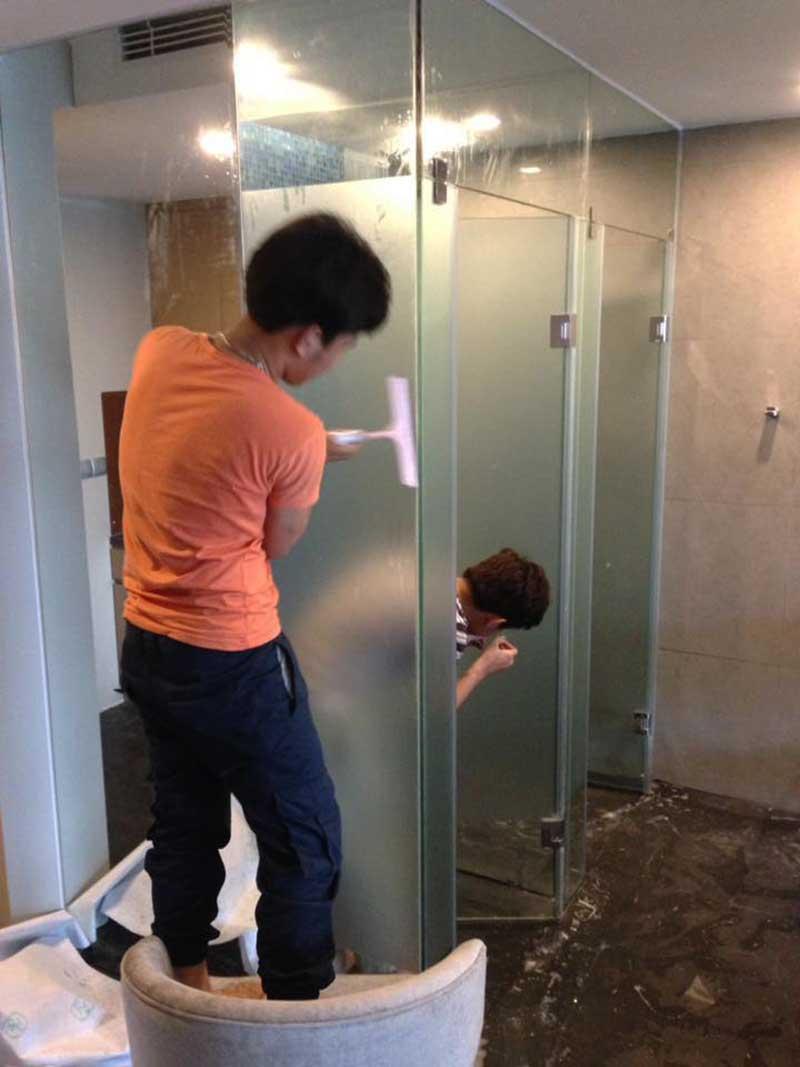 giấy dán kính phòng tắm